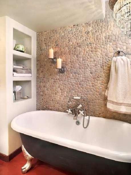 25. Revestimento de pedra bege em seixos decora a área da banheira. Fonte: Pinterest