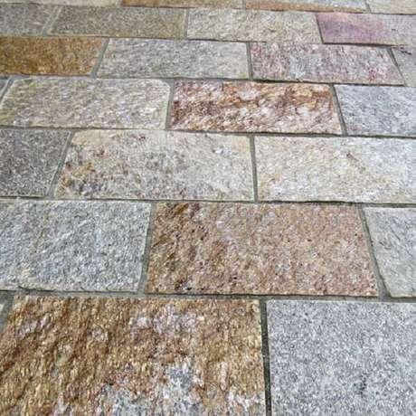 10. A pedra Goiás é um revestimento de pedra natural muito usada em piso. Fonte: Pinterest