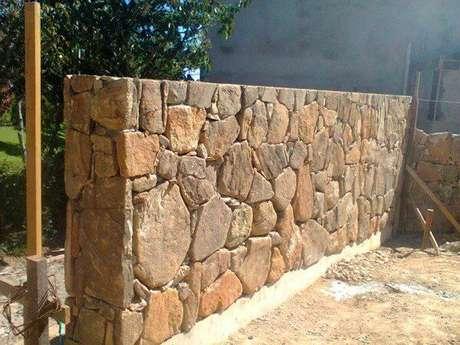 22. Revestimento de pedra para muro feito com pedra bolão. Fonte: Pinterest