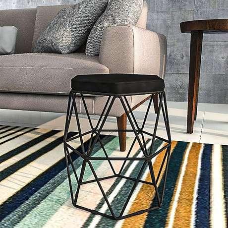 7. Sala decorada com tapete listrado e puff aramado preto – Foto: Pinterest