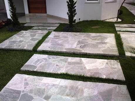 61. A pedra Goiás usada na entrada do imóvel é um tipo de revestimento de pedra natural. Fonte: Pinterest