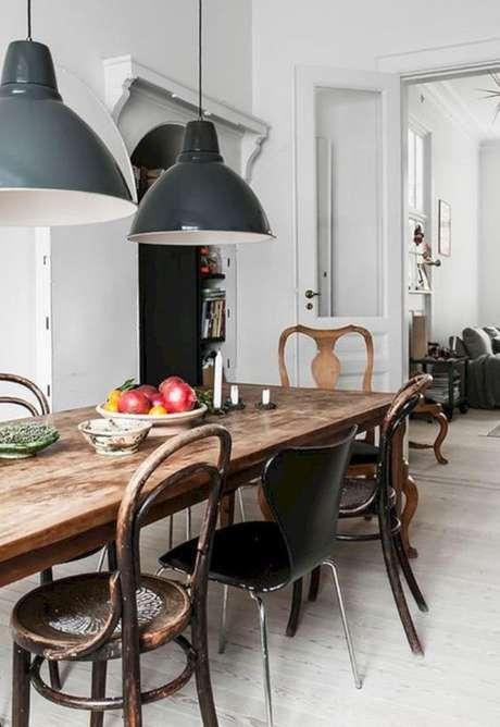 37. Sala de jantar com cadeira de ferro de diferentes estilos e tamanhos – Foto Pinterest