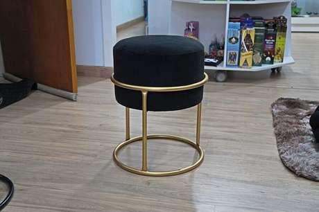 34. Modelo de puff preto redondo com estrutura dourada – Foto: Pinterest