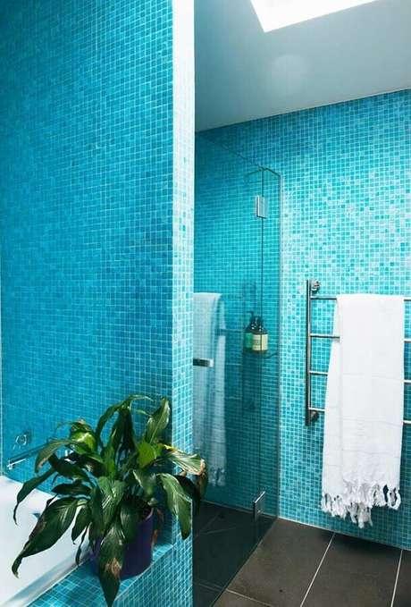 57. Decoração simples com pastilhas para banheiro azul turquesa – Foto: Houzz