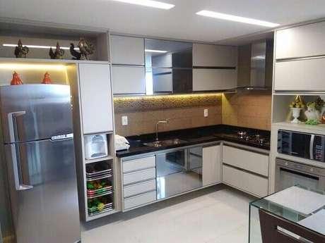 17. O armário suspenso basculante é muito usado em cozinha em l planejada. Fonte: Pinterest