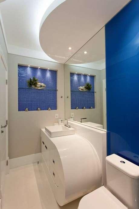 36. Decoração moderna para banheiro azul e branco planejado – Foto: Aquiles Nicolas Kilaris