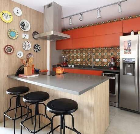 11. O armário de cozinha basculante laranja traz um ponto de destaque charmoso para a decoração. Fonte: Pinterest