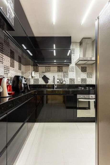 42. Armário basculante preto decora com sofisticação a cozinha em l. Projeto por Natália Siper