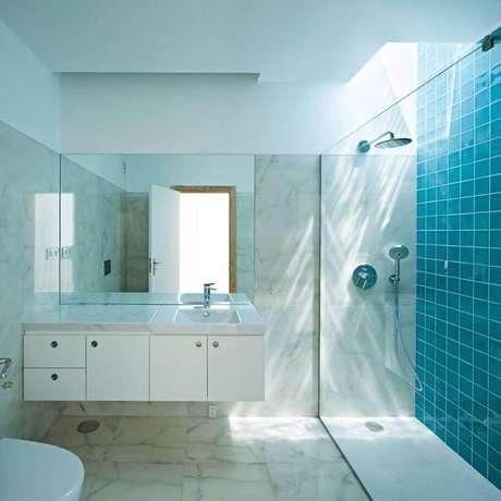 41. Decoração simples para banheiro azul turquesa e branco com gabinete suspenso – Foto: Struck Arquitetos