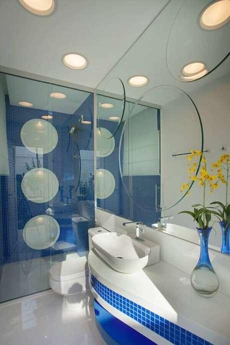 38. Banheiro azul e branco moderno decorado com parede de espelhos – Foto: Aquiles Nícolas Kilaris