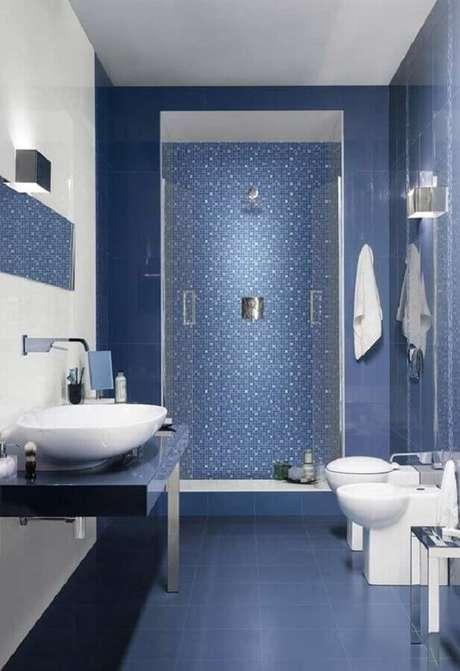 20. Revestimento para banheiro azul e branco moderno – Foto: Home Fashion Trend