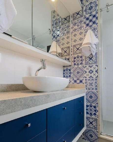 23. Decoração de banheiro azul e branco com bancada cinza e azulejo português – Foto: Pinterest