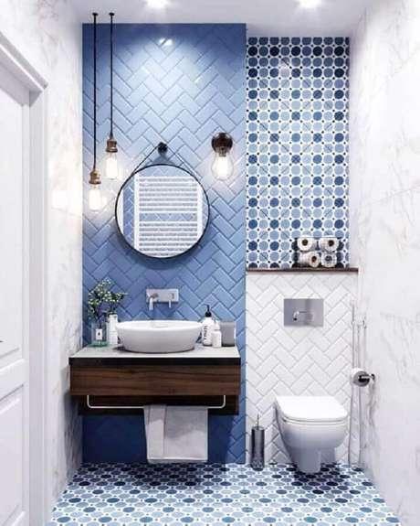 66. Revestimento para banheiro azul decorado com espelho redondo – Foto: Pinterest