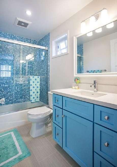51. Decoração de banheiro com pastilha azul na área do box – Foto: Home Fashion Trend