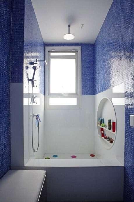 29. Decoração para banheiro com pastilha azul – Foto: Pascali Semerd Jian Arquitetos