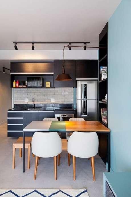 30. Modelo de armário basculante cozinha com acabamento escuro. Fonte: Casa de Valentina