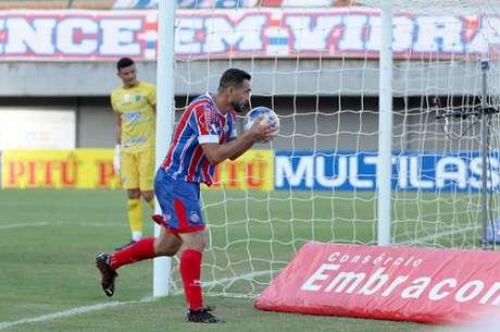 Gilberto comemorando um de seus quatro gols marcados contra o Altos na vitória pela Copa do Nordeste que acabou em 5 a 0 para o Bahia (Foto: Felipe Oliveira / EC Bahia)