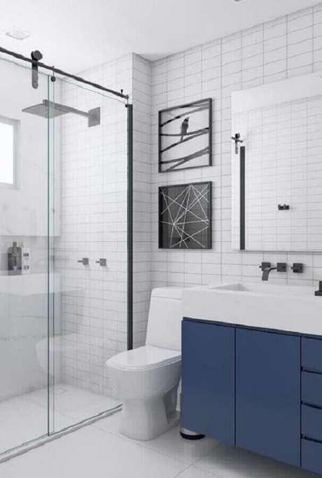 1. Decoração clean para banheiro azul marinho e branco – Foto: Home Fashion Trend