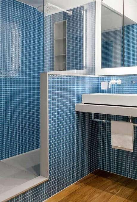 43. Pastilha para banheiro azul planejado – Foto: Jeito de Casa