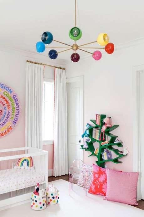 16. Lustre infantil colorido para quarto infantil – Foto Project Nursery