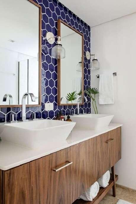 62. Azulejo para banheiro azul e branco decorado com gabinete de madeira – Foto: Casa de Valentina