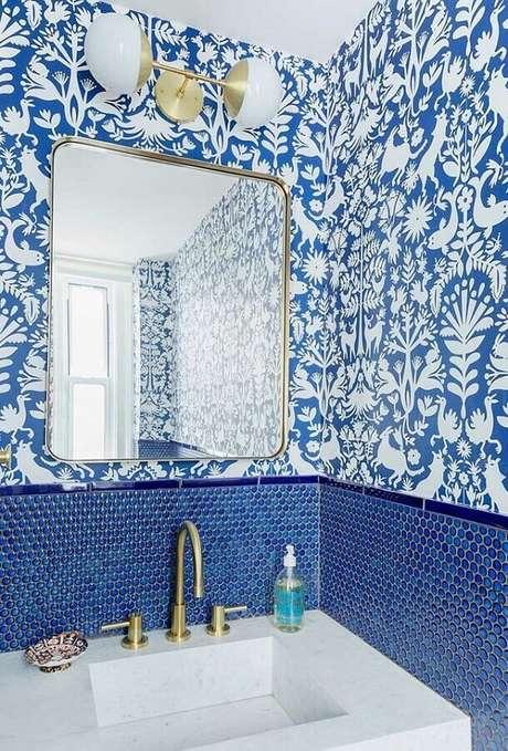 54. Papel de parede para decoração de banheiro azul com arandela dourada – Foto: We Heart It