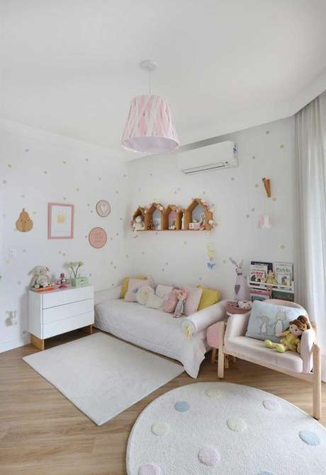 32. Lustre infantil rosa e branco na mesma paleta que o quarto – Foto Casa de Valentina