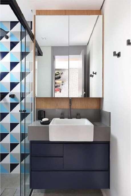 16. Decoração moderna com revestimento geométrico para banheiro azul pequeno com gabinete suspenso – Foto: Home Fashion Trend