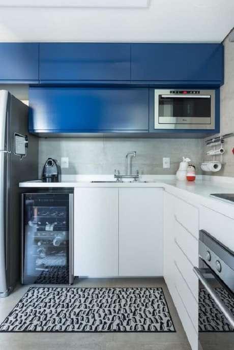 14. Parede de cimento queimado e armário aéreo basculante azul decoram a cozinha. Fonte: Pinterest