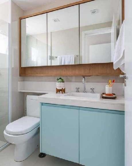 5. Espelheira de madeira para decoração de banheiro azul pastel e branco – Foto: Jeito de Casa