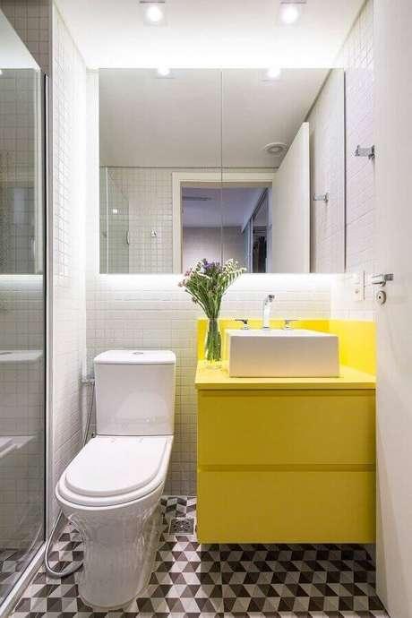 27. Modelo de armário basculante suspenso amarelo com porta invertida decora e organiza o banheiro. Fonte: MdeMulher