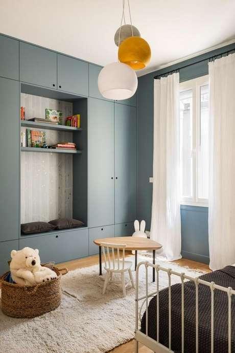 37. Quarto azul com lustre infantil branco e amarelo – Foto Pinterest