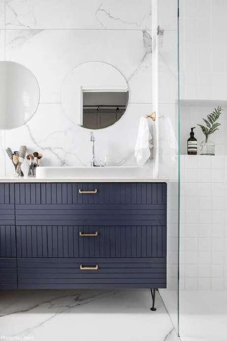 48. Gabinete clássico para decoração sofisticada de banheiro azul marinho e branco – Foto: Archilovers