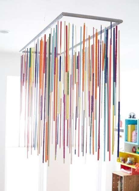 48. Quarto com lustre infantil pendente colorido – Foto Lonny