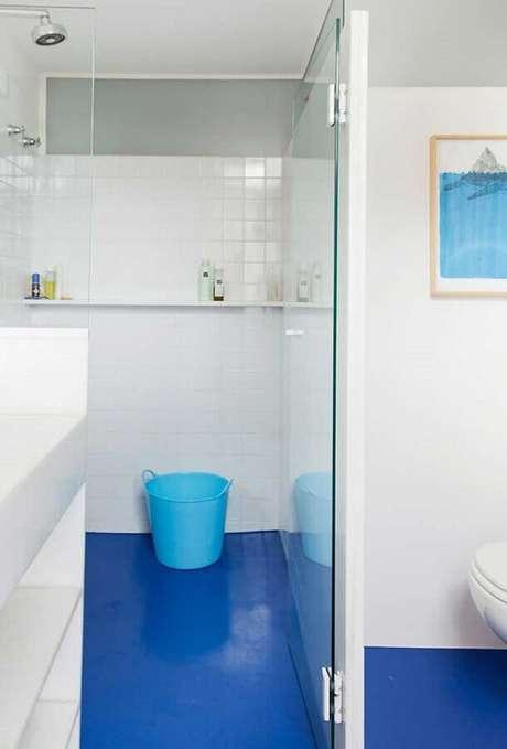 42. Piso para decoração de banheiro azul e branco simples – Foto: Pinterest