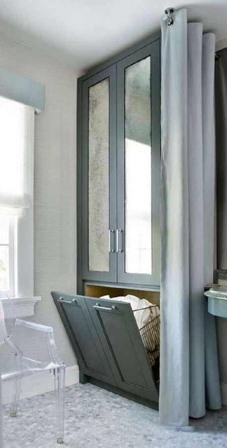 26. O armário basculante com porta invertida auxilia na organização de toalhas de banho no banheiro. Fonte: Pinterest