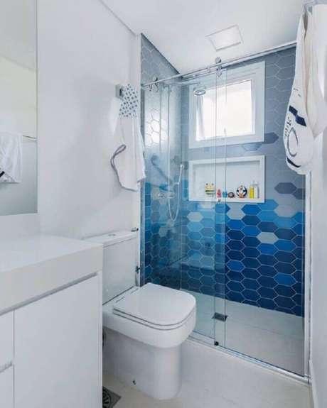 65. Revestimento moderno na área do box para decoração de banheiro azul e branco pequeno – Foto: Pinterest