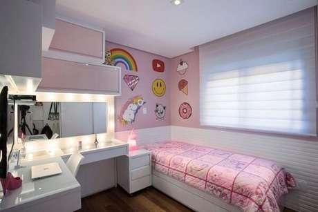 31. Modelo de armário aéreo porta basculante rosa otimiza o espaço do quarto feminino. Projeto por Katia Llaneli