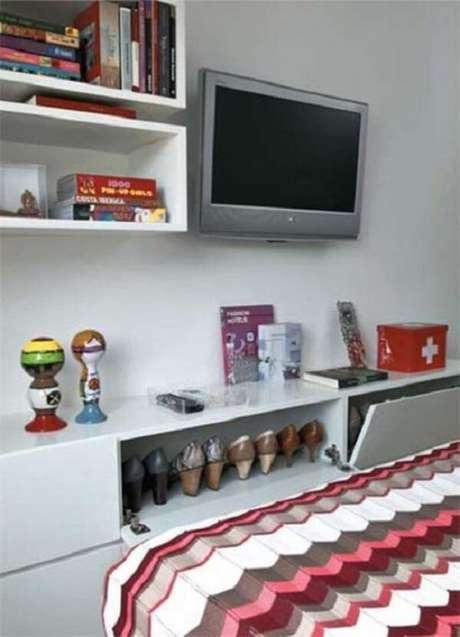 23. O armário basculante para quarto ajuda na organização de sapatos. Fonte: Pinterest