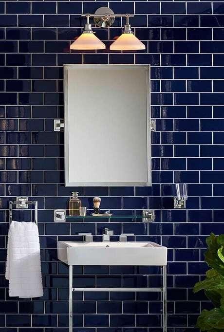 31. Decoração de banheiro azul marinho clássico – Foto: Pinterest