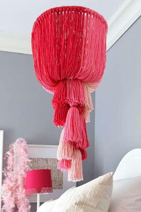 55. Quarto com lustre infantil rosa – Foto Pinterest
