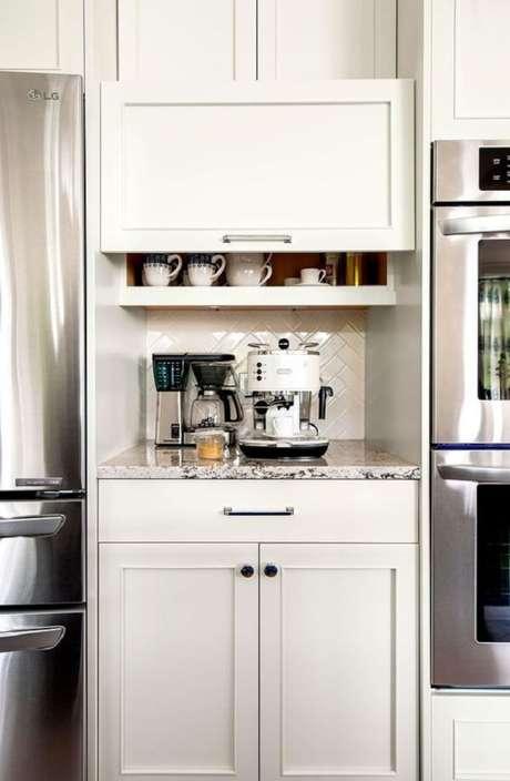 47. A porta basculante armário é perfeita para otimizar cozinhas pequenas. Fonte: Pinterest