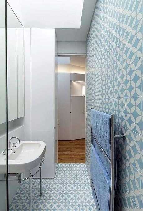 68. Revestimento para banheiro azul pequeno – Foto: Pinterest