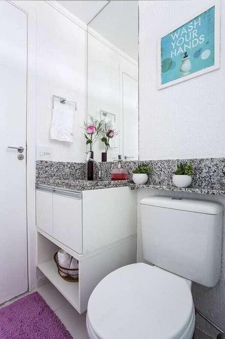 24. O armário basculante com porta invertida se encaixa perfeitamente nessa decoração. Fonte: Luciane Mota