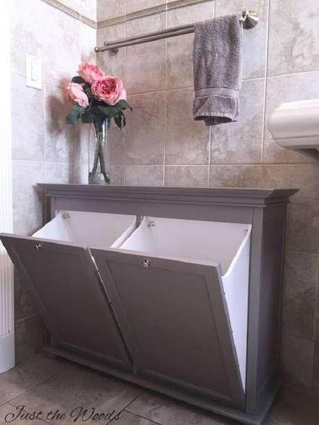 16. Para otimizar o espaço dos banheiro muitas pessoas optam pelo uso do armário basculante com porta invertida. Fonte: Pinterest