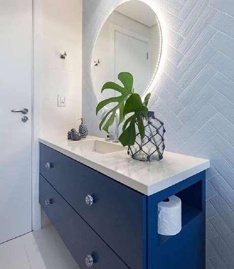 25. Decoração de banheiro azul e branco com gabinete planejado e metro white – Foto: Jeito de Casa