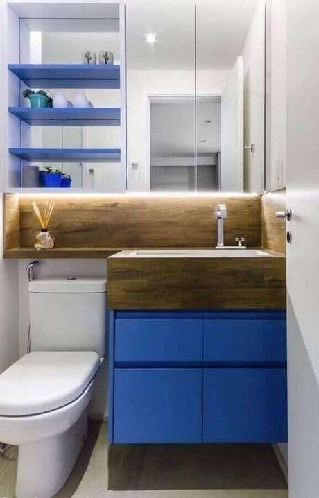 50. O detalhe em madeira garante sensação de conforto ao banheiro azul e branco decorado – Foto: Pinterest