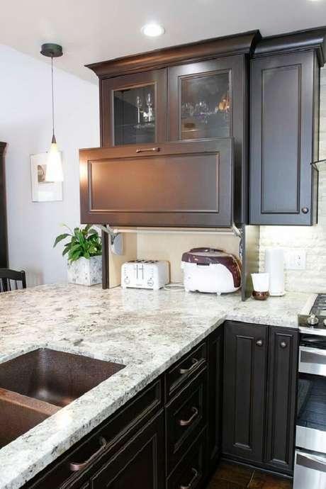 18. O armário de cozinha basculante pode esconder eletrodomésticos após o uso. Fonte: Pinterest