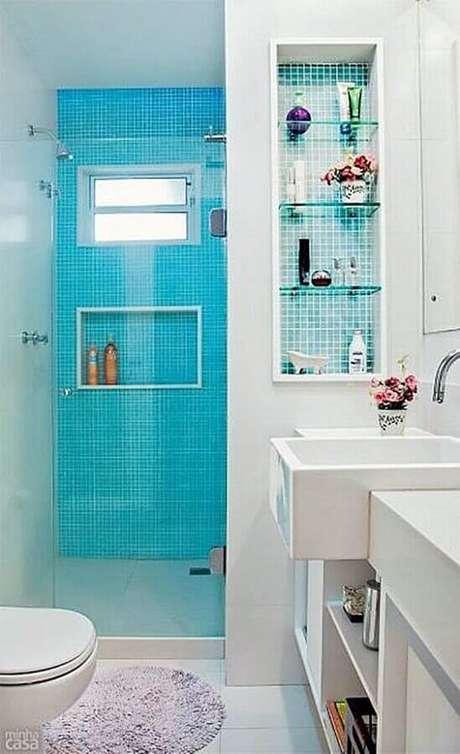 46. Decoração simples para banheiro azul turquesa e branco com pastilhas na área do box – Foto: Simples Decoração