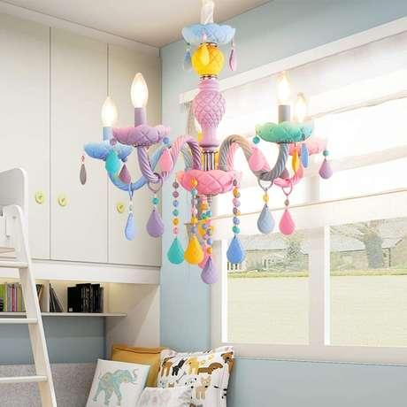 15. Lustre infantil colorido para quarto – Foto Beautifull Halo